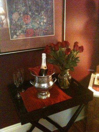 بايبيري هاوس بيد آند بريكفاست: Champagne and Roses Package