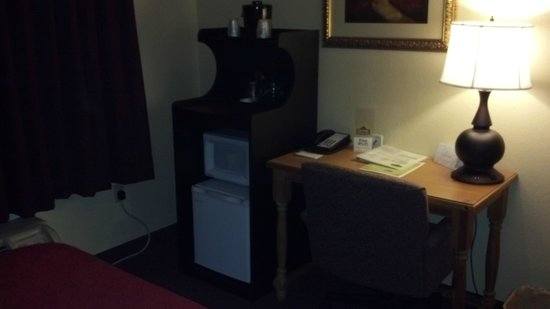 Country Inn & Suites By Carlson, Matteson:                   desk / refrig/ microware area