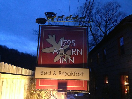 1795 Acorn Inn Bed and Breakfast:                   Outside View