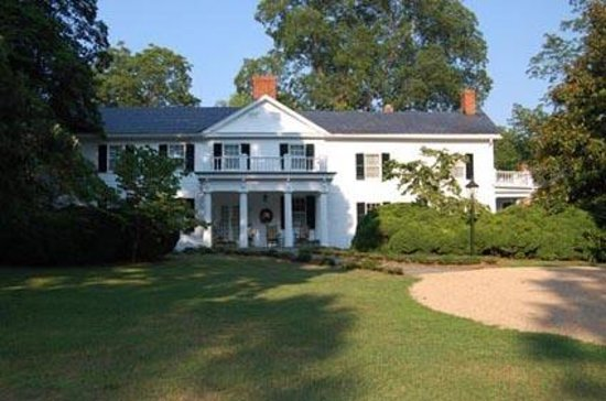 Scottsville, VA: Built in 1847, this Greek Revival home sits on 7 peaceful acres of arboretum grounds