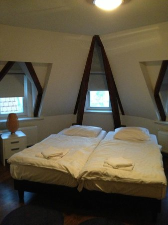 Damrak Apartments: twin beds in bedroom one, good bedding