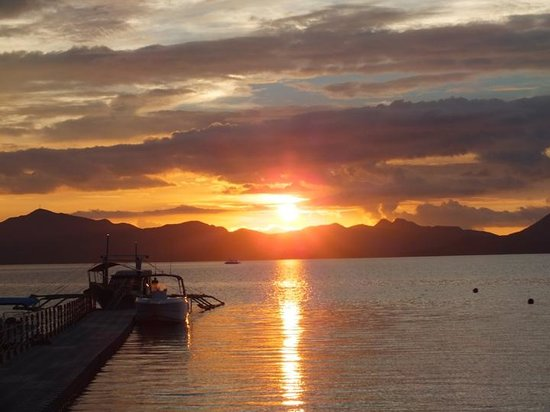 Two Seasons Coron Island Resort & Spa:                   Sunset at the beach front