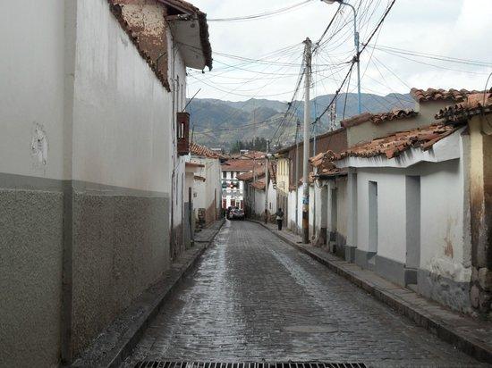 Inkarri Hostal:                   La calle del hostal, en la noche algo sola y oscura pero muy segura