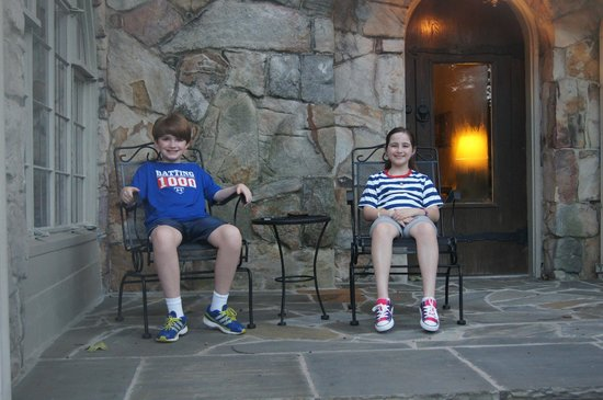 ‪‪Chanticleer Inn Bed and Breakfast‬:                   My children relaxing on the porch off the dining area right before the firewor‬