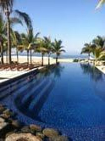 Las Palmas Beachfront Villas:                                     The gorgeous infinity pool
