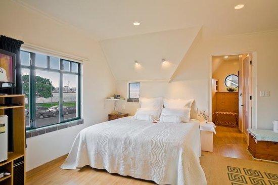 Admirals Landing Bed & Breakfast: Waterfront Room