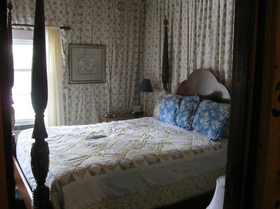 The Lake House: Sample room with one queen bed.