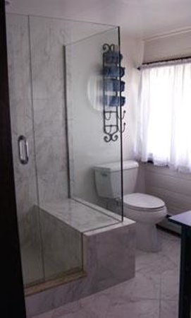 Taraden Bed and Breakfast: Cottage Suite Bathroom