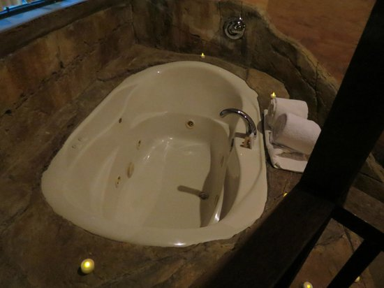 Chateau Avalon Hotel & Spa:                   Two-person jet tub