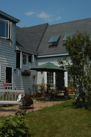 Gardenview Bed and Breakfast: Enjoy a beverage on the patio