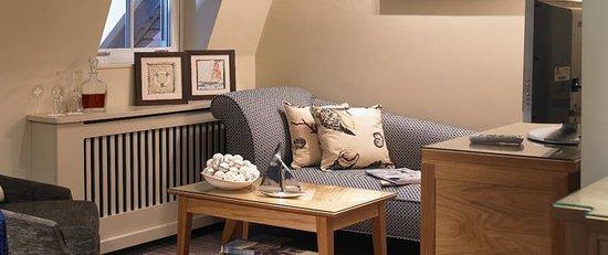 Braye Beach Hotel: Sofa area in bedroom
