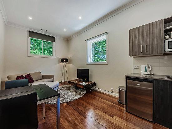 Tuck Inn Yarra Valley: Tuck Inn King Suite Private Lounge & Kitchenette