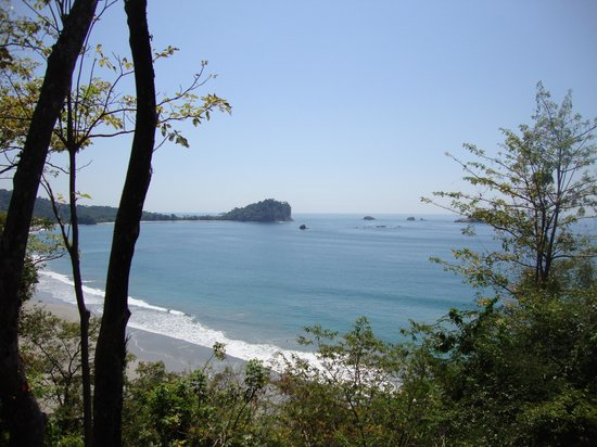 Arenas del Mar Beachfront and Rainforest Resort, Manuel Antonio, Costa Rica:                   vista de Manuel Antonio desde la piscina