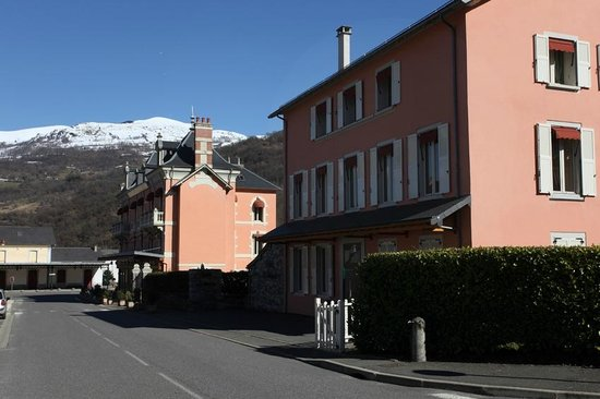 Grand Hotel De France :                                     L´Hôtel vue exterieure, batîment annexe et cour
