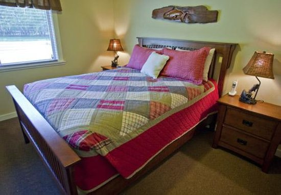 Elk Meadow Cabins Bedroom Queen