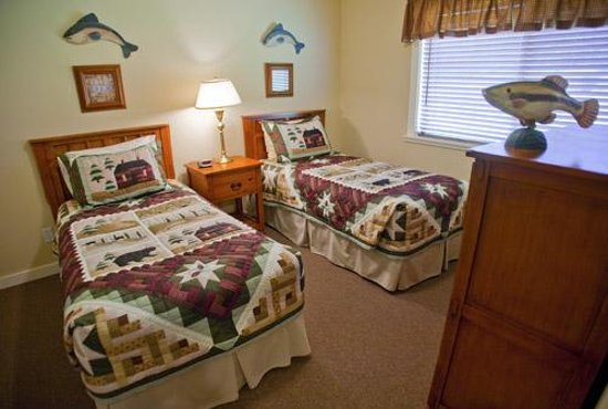 Elk Meadow Cabins: Elk Meadow Cabin Bedroom with Twin Beds