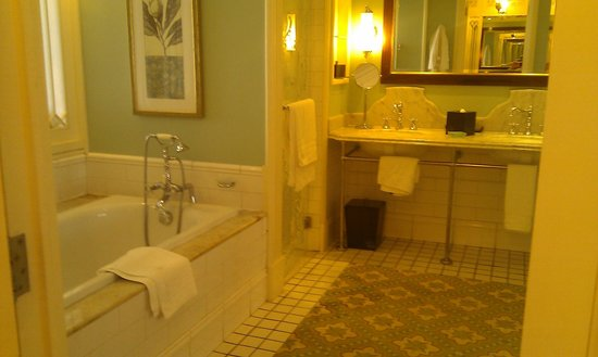 Heritage Le Telfair Golf & Spa Resort:                   Bathroom in Beach view room