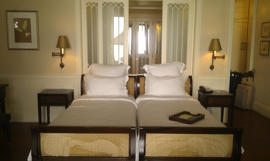 Heritage Le Telfair Golf & Spa Resort:                   The bed and windows behind open to bathroom