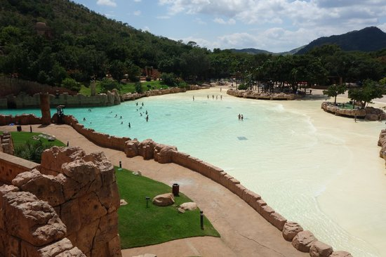 The Palace of the Lost City :                   Piscina com ondas artificiais