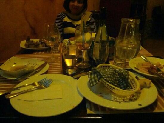 Café Pomodoro Spaghetteria :                   Platos de las entradas y los platos fuertes acumulados dos horas despues de pe
