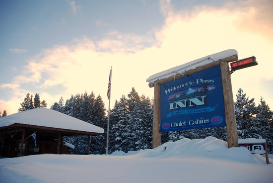 Willamette Pass Inn :                   Big sign board at the entrance