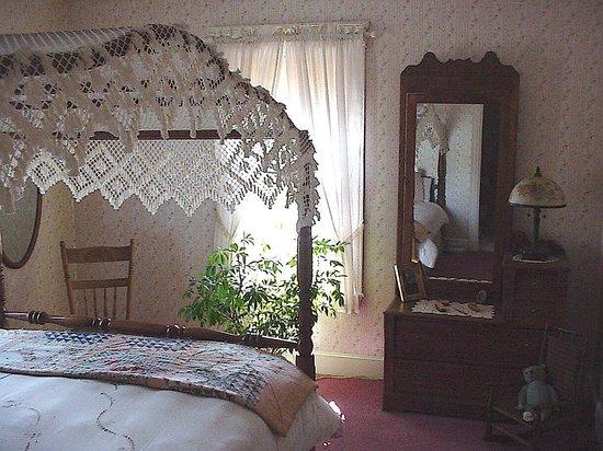 Nicholson Inn: The Canopy Room