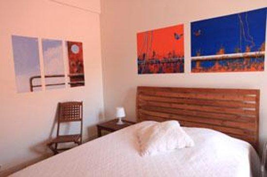 LoBleu Hotel: Une des chambres décorées par un artiste contemporain