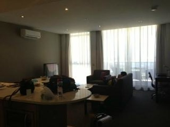 Meriton Serviced Apartments Aqua Street, Southport:                   Living room