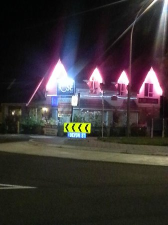 Rose Court Motel:                   Night view is the best!!!!