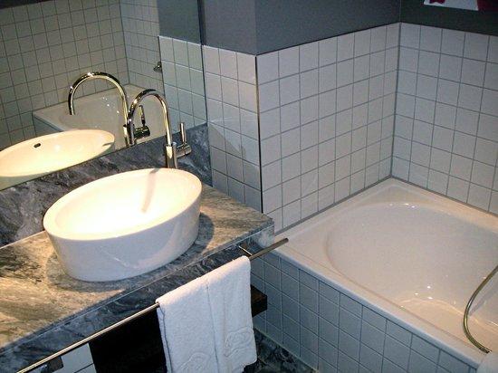 Sofitel Hamburg Alter Wall:                   Waschbecken, Duche und Badewanne
