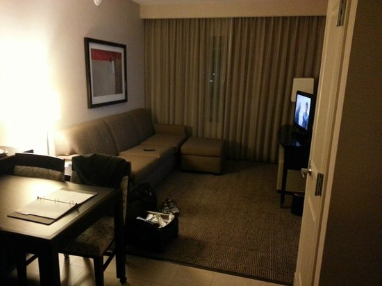 Embassy Suites by Hilton Palmdale :                   Living area