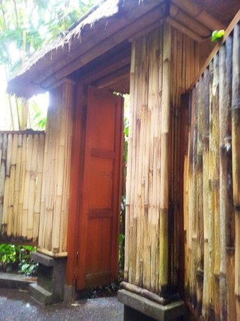 Ubud Lestari Bungalows:                   OUTSIDE