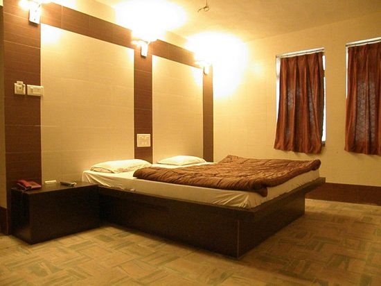 Golden Hotel: Super Deluxe Double Room (Avg Room Size 250 Sqft)