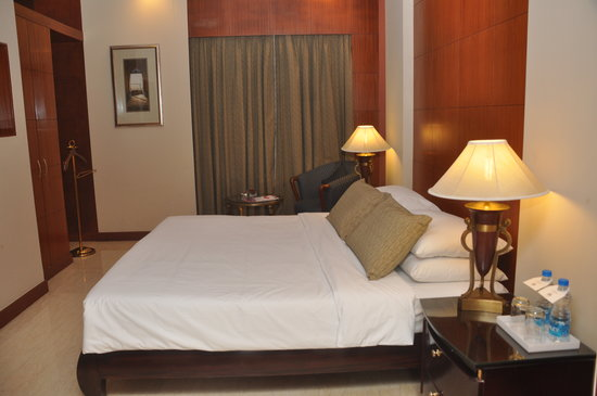 The Hans New Delhi: SUITE BED ROOM
