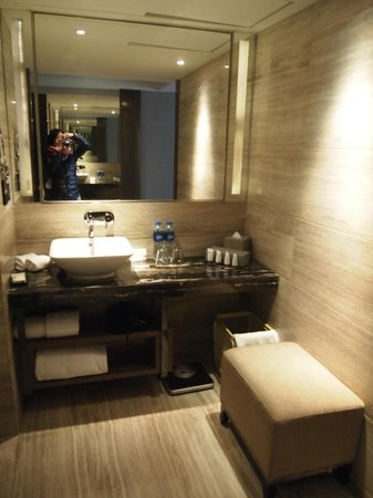 Pullman Shanghai Jing An:                   bathroom