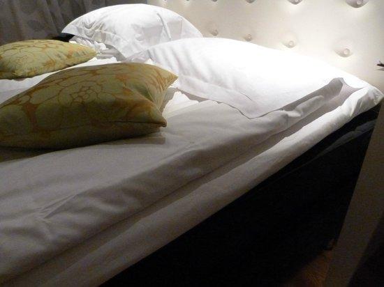 Elite Hotel Arcadia:                   Le lit double, avec sur-matelas et couettes individuelles