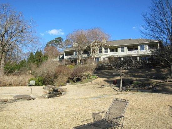 Lookout Point Lakeside Inn :                   The Inn, gardens and fountain