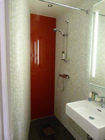Elite Hotel Arcadia:                   Très petite salle de bains, sans rangements. Et douche à l'italienne (attentio