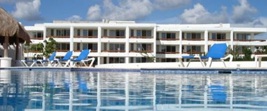 Residencias Reef Condos: View of building 4 across the pool.