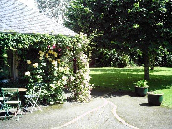 Demeure de la Vendemiere : vue partielle du jardin à partir de l'entrée principale de la Demeure
