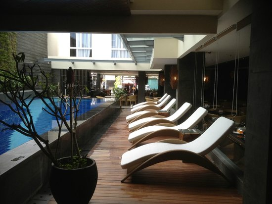 Solaris Hotel Kuta:                   the pool with lounge chairs