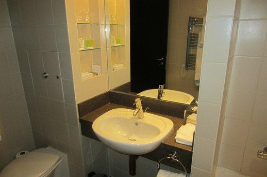 Crowne Plaza Hotel Reading:                   bathroom