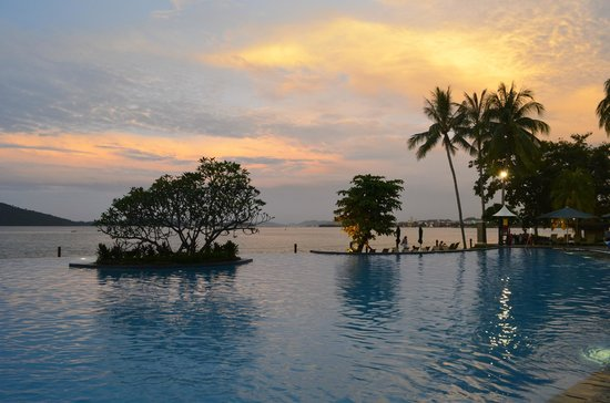 Shangri-La's Tanjung Aru Resort & Spa:                                     Pool in the evening