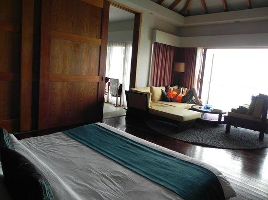Vakarufalhi Island Resort:                   la vista dal letto con la finestra aperta il panorama è splendido