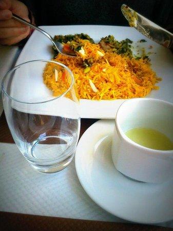 Afghan Cafe :                                                       Accompagné d'un thé doux et piquant, safra