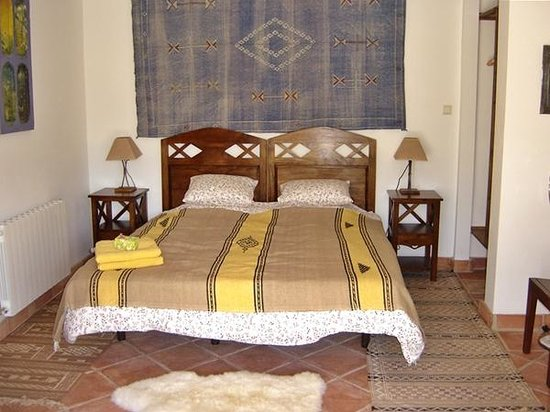 Finca Retama Farmstead: Villa Casa Abuela's disabled friendly kingsize en-suite master bedroom