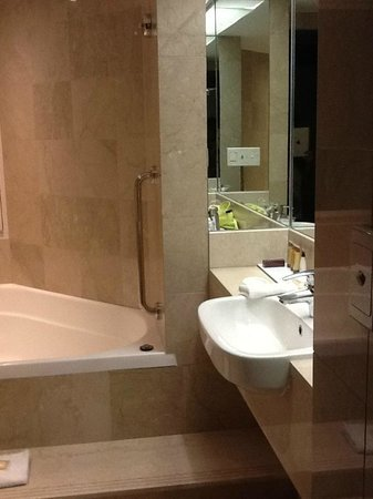 Sheraton Grand Mirage Resort, Gold Coast:                   Shower over the spa bath