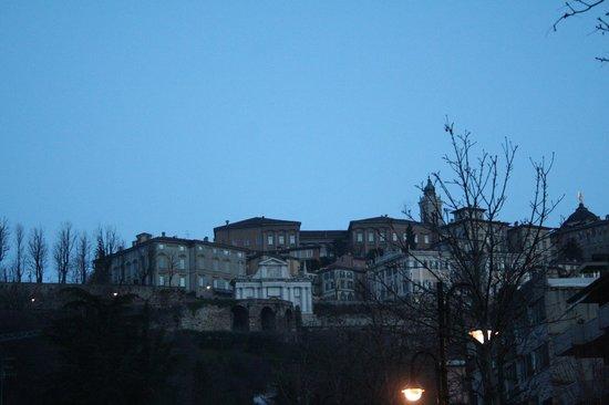 La Città Alta:                   all'alba dal Viale V Emanuele
