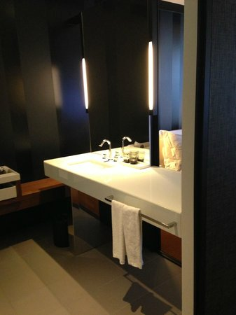 Crown Metropol Melbourne:                   bathroom