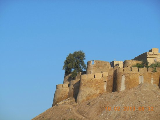 Mystic Jaisalmer Hotel:                   View of the fort from the roof top restaurant